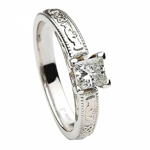 Diamant taille princesse embossé Claddagh
