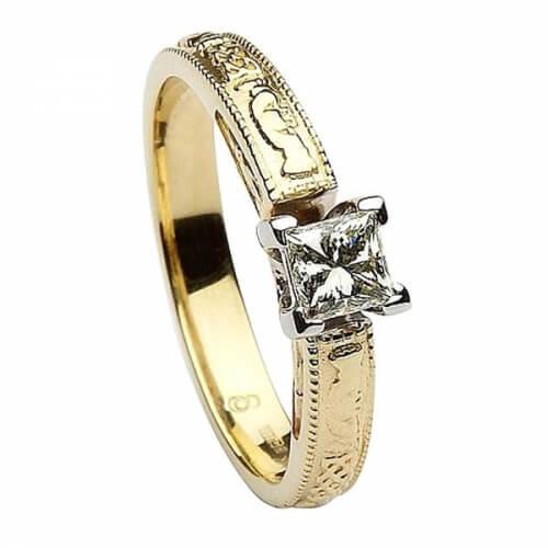 Geprägter Claddagh Ring mit Prinzessinnenschliff - Gelbgold