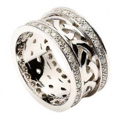 Keltischer Knotenring mit Diamantbesatz - alles Weißgold